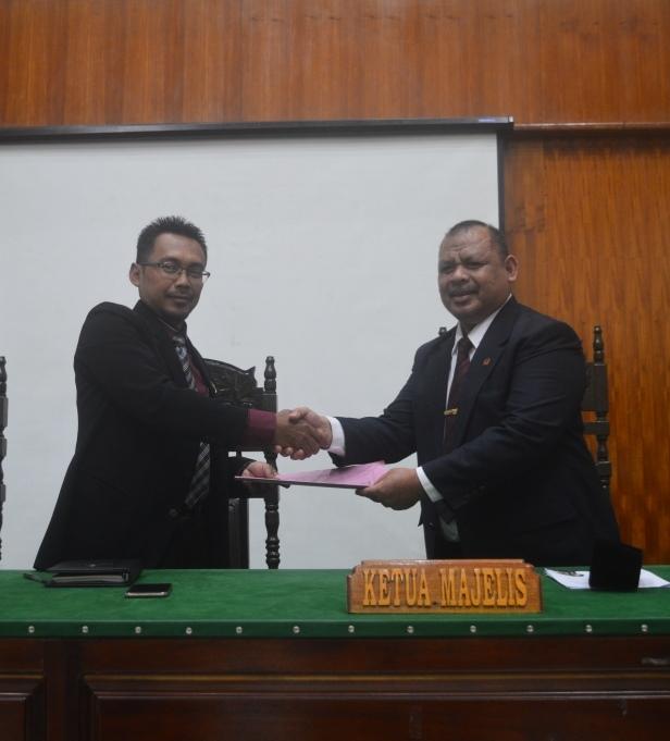 Ketua Pengadilan Agama Merauke Awaluddin Nur Imawan, S.Ag dan Ketua Tim Pembinaan APM Drs. Mohammad H. Daud, S.H., M.H.